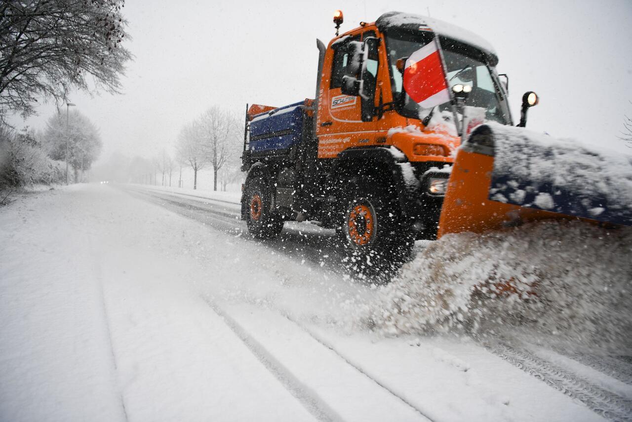 Bild zu Neuschnee verursacht Verkehrsbehinderungen