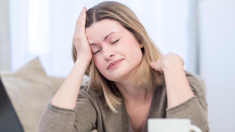 Eine Frau mit Kopfschmerzen