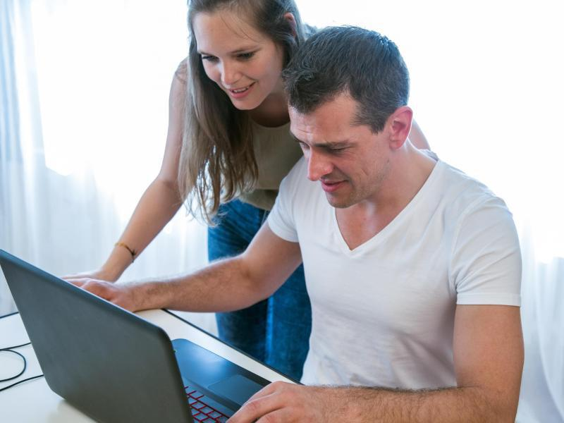 Bild zu Frau und Mann vor PC