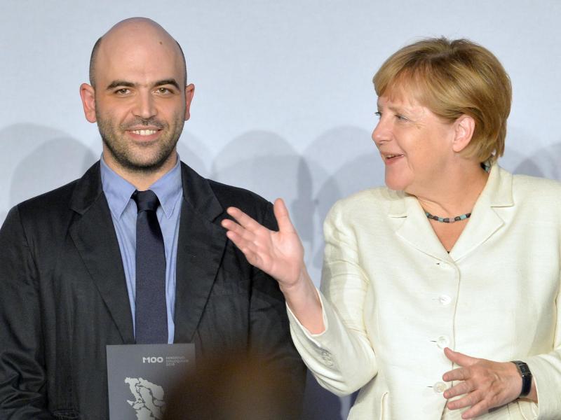 Bild zu Saviano + Merkel