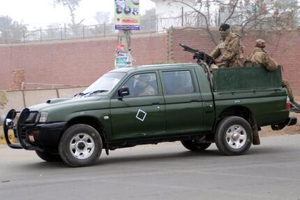 Soldaten bewachen Gefängnis