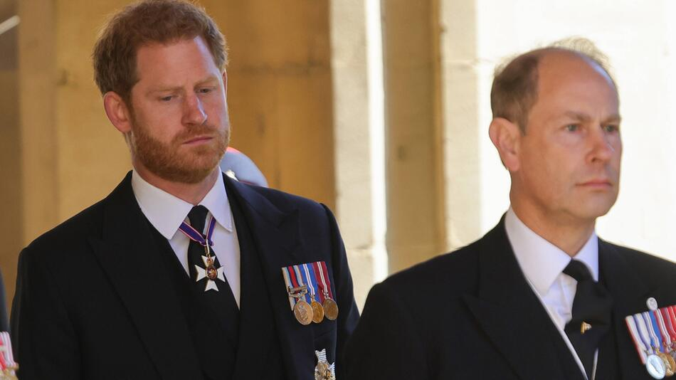 Prinz Edward (r.) spricht erstmals über die Situation mit Prinz Harry und dem Megxit.
