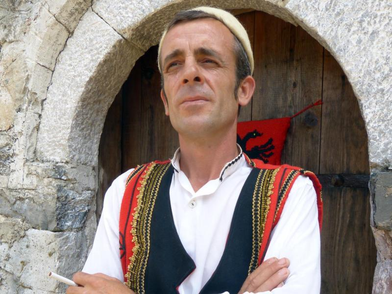 Bild zu Sokol Nikolle Koçeku in Tracht