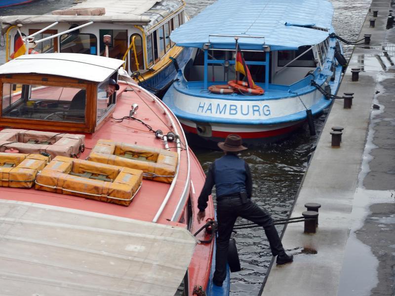 Bild zu Barkasse an den Hamburger Landungsbrücken