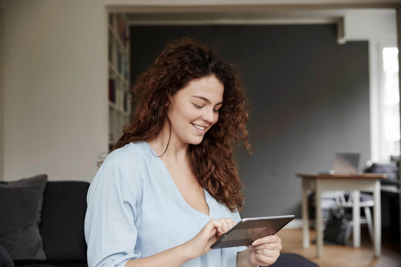 Bild zu Frau spielt auf iPad