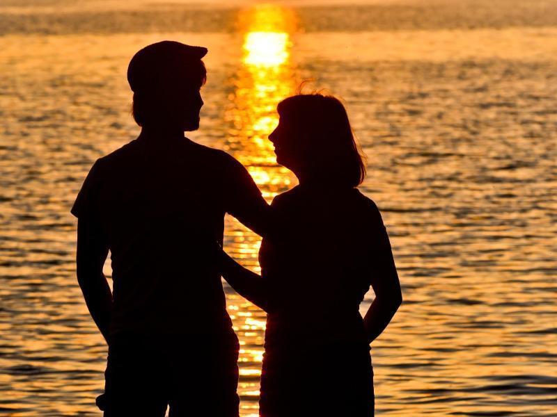 Bild zu Paar genießt Abendstimmung