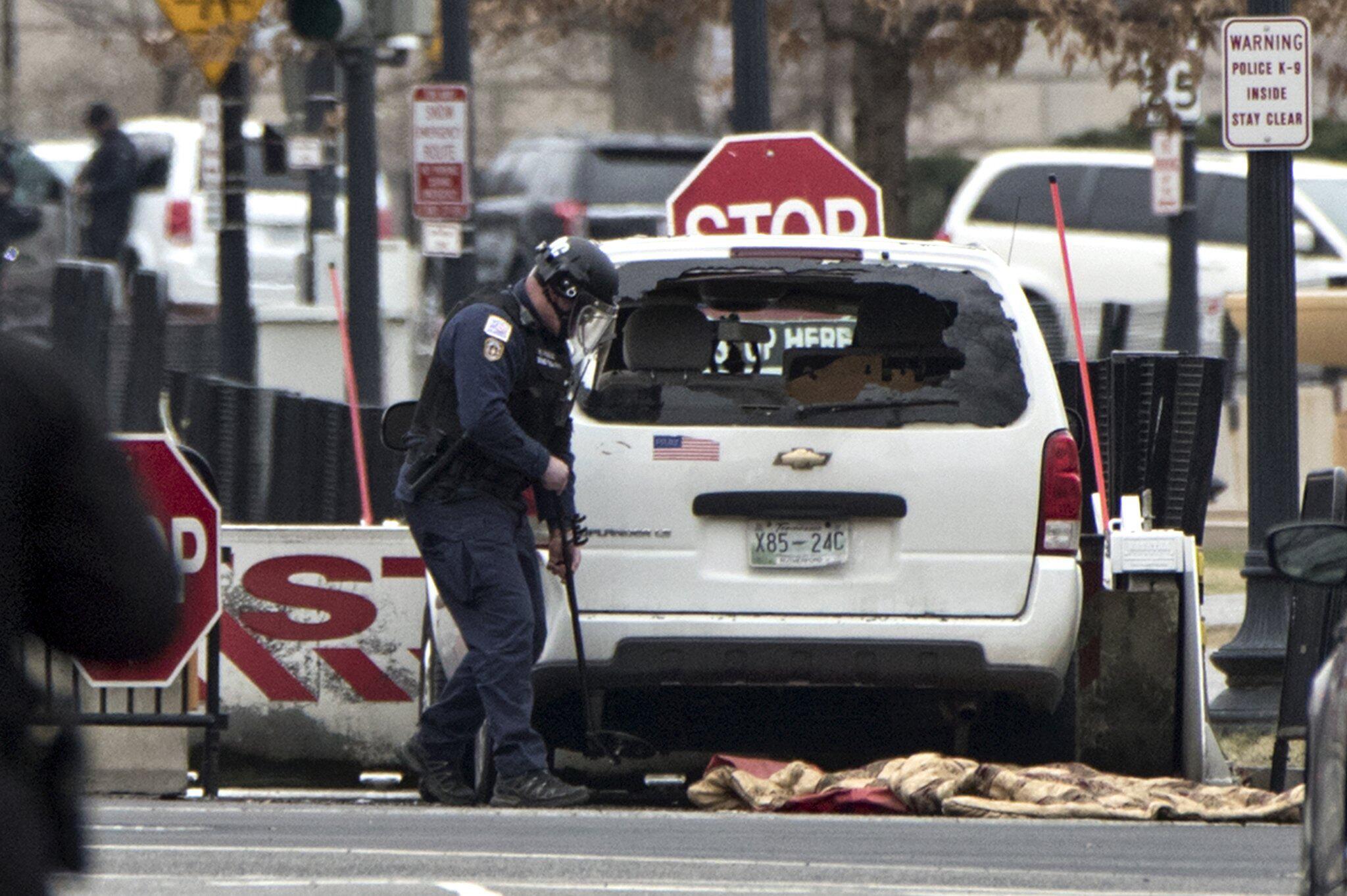 Bild zu Zwischenfall am Weißen Haus:Auto fährt in Barriere