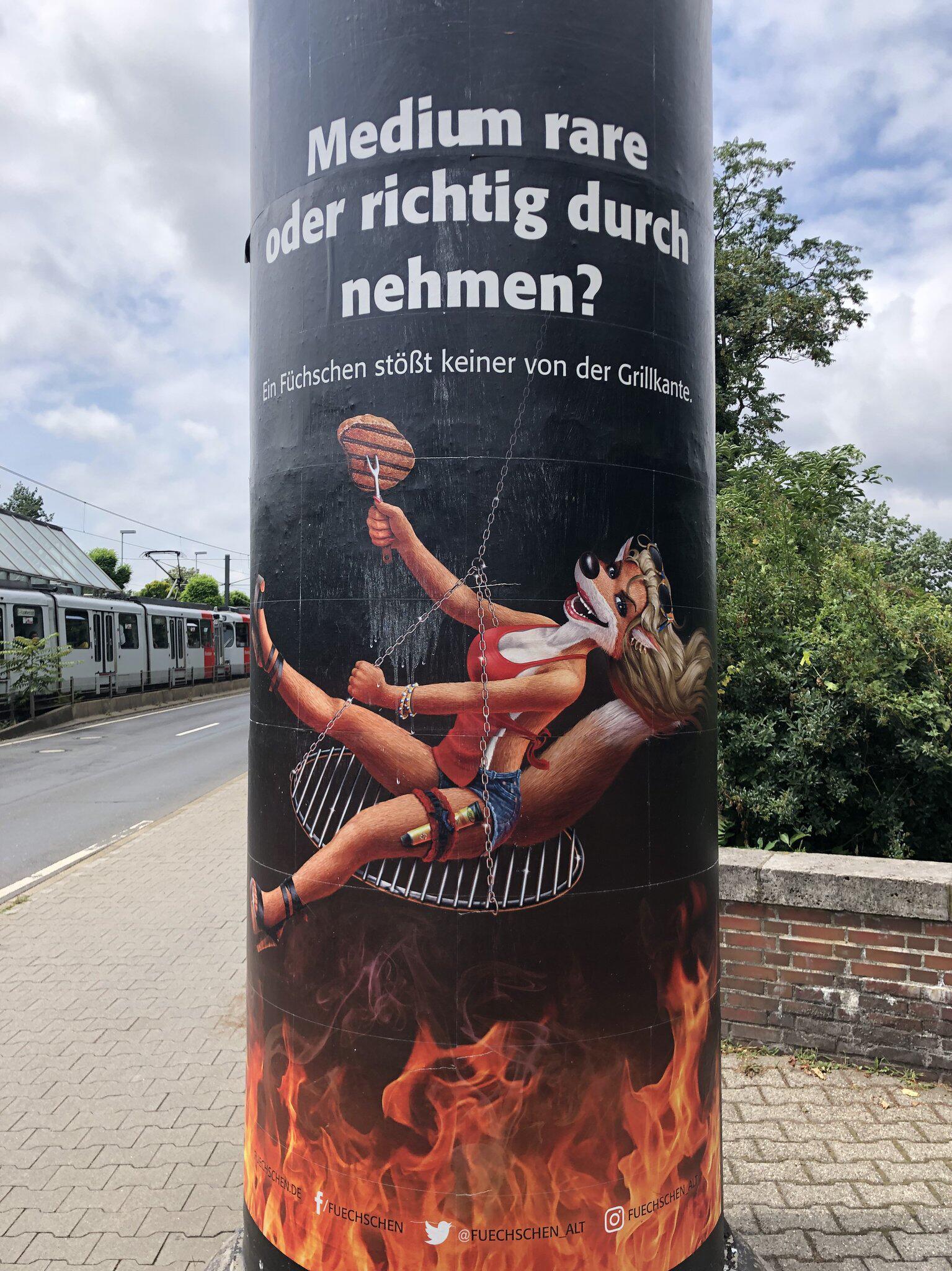 Bild zu Litfaßsäule mit umstrittener Werbung