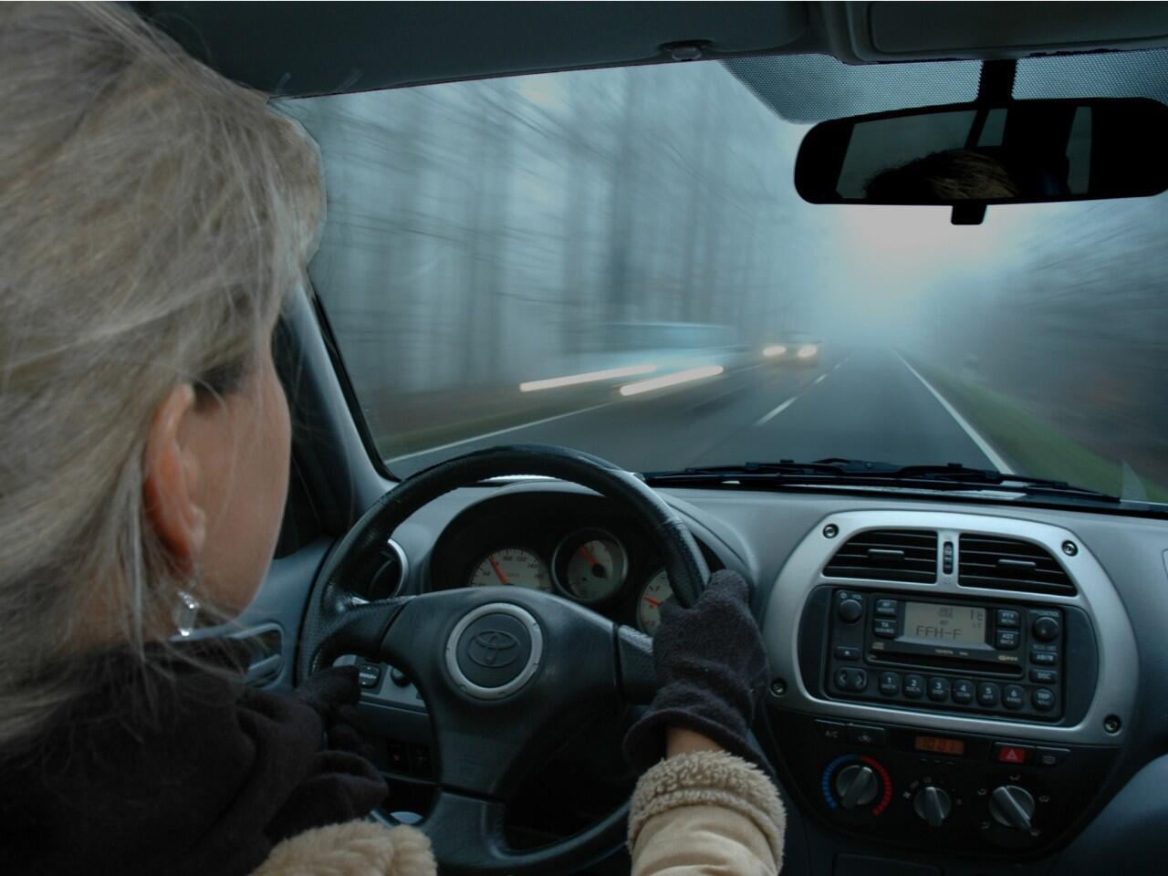 Bild zu Kleidung im Winter: Dicke Jacken sind ein Sicherheitsrisiko
