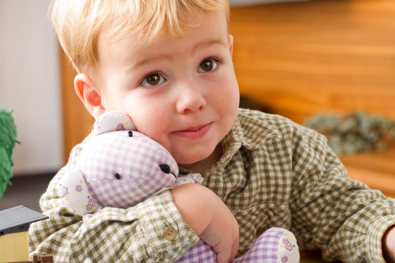 Bild zu Junge mit Kuscheltier