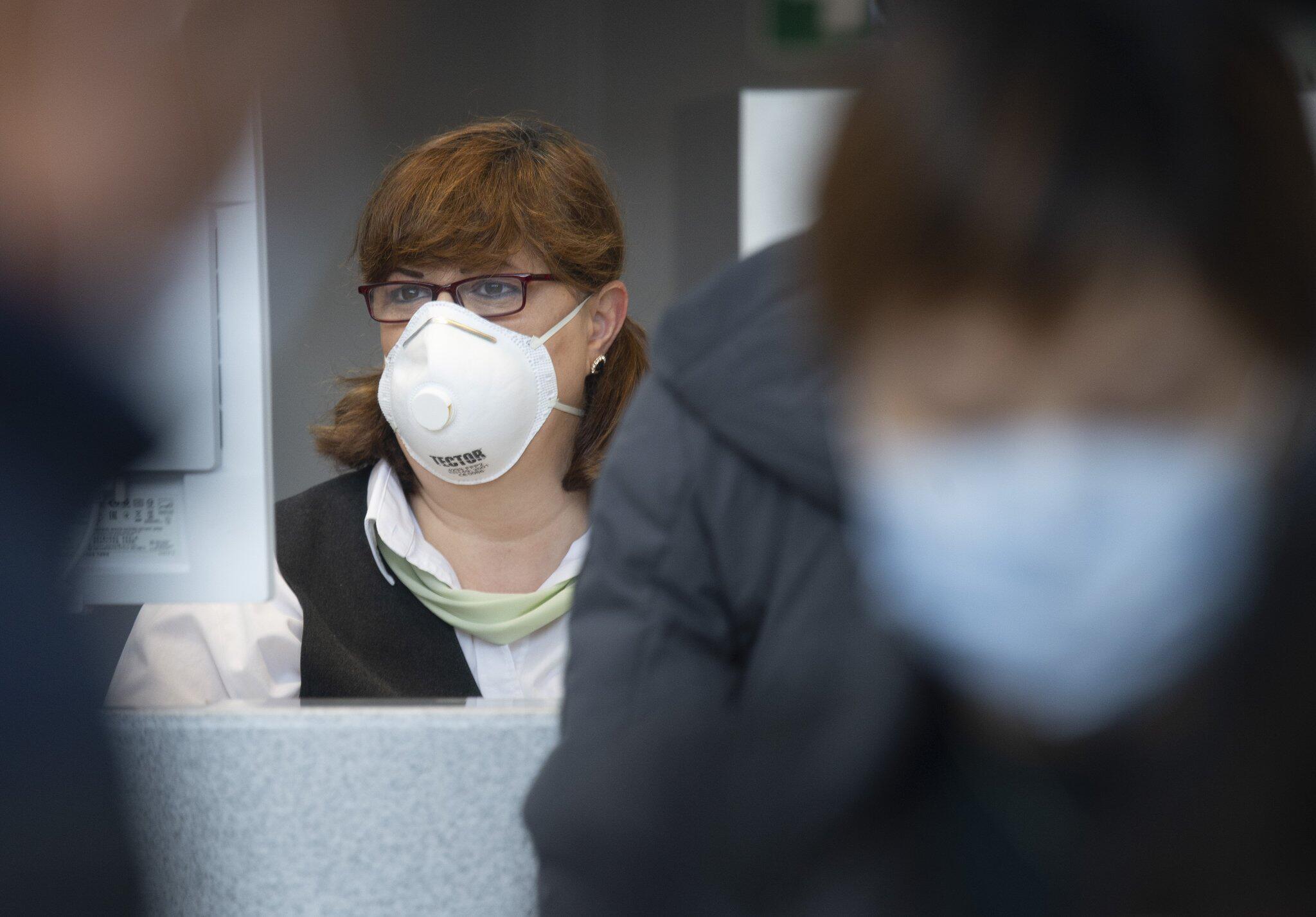 Bild zu Flugpassagiere mit Mundschutzmasken