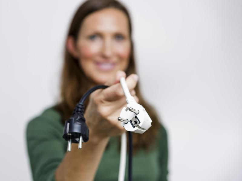 Bild zu Frau mit herausgezogenen Steckern