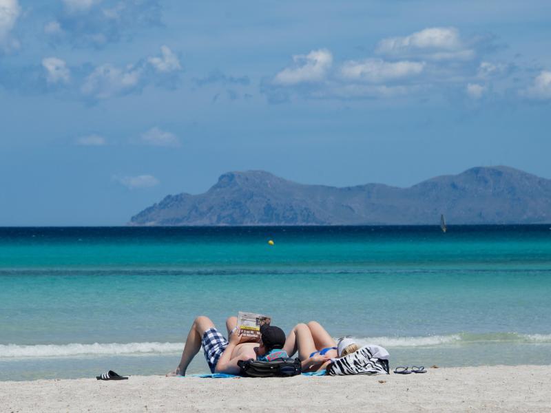 Bild zu Urlauber am Strand auf Mallorca