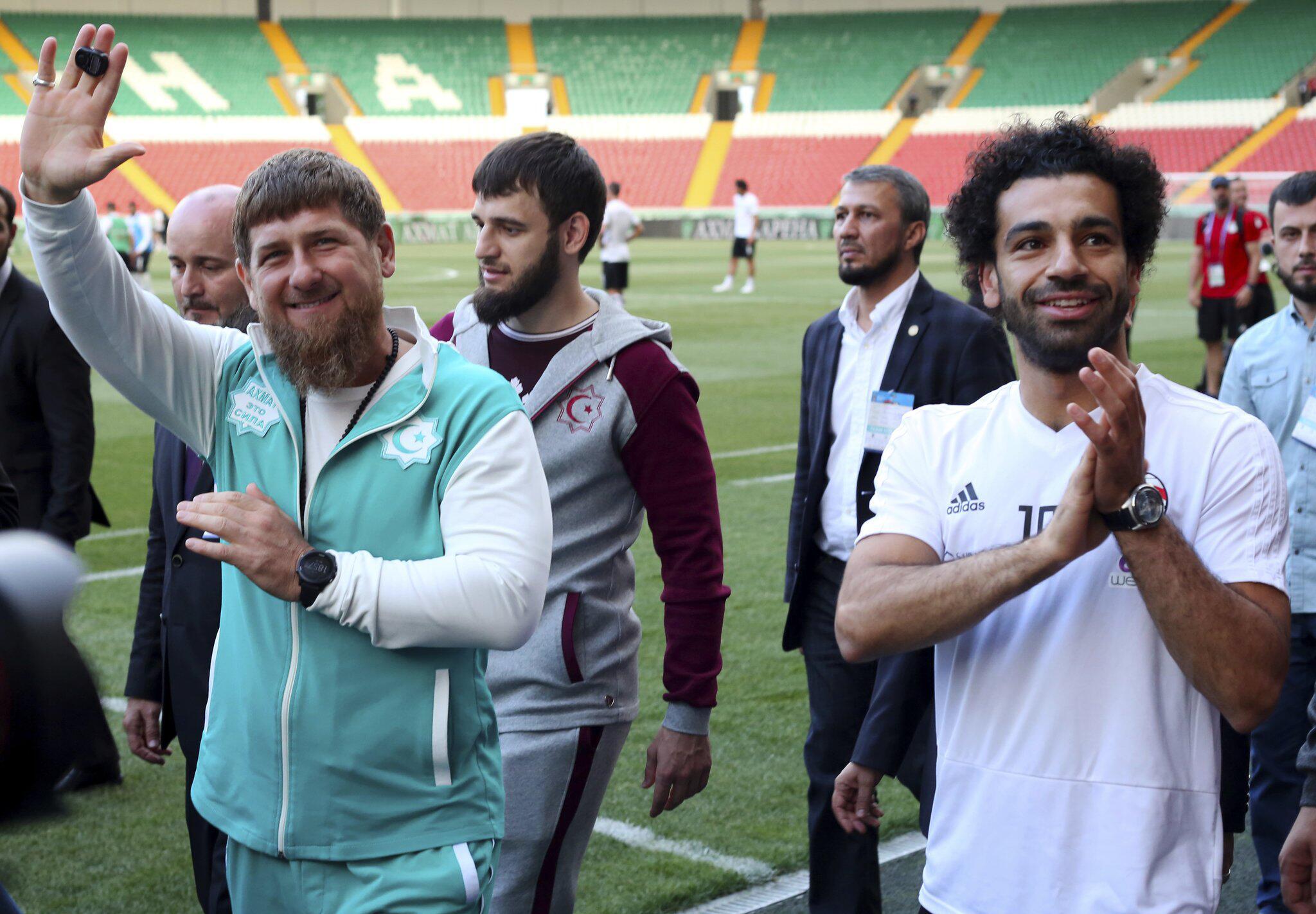 Bild zu WM 2018 - Kadyrow und Ägypten-Star Salah grüßen Fans