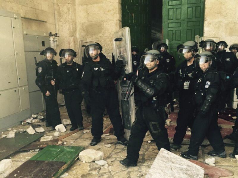 Bild zu Polizisten in der Al-Aksa-Moschee