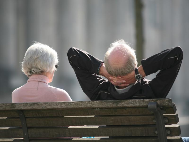 Bild zu Rentnerpaar auf der Bank