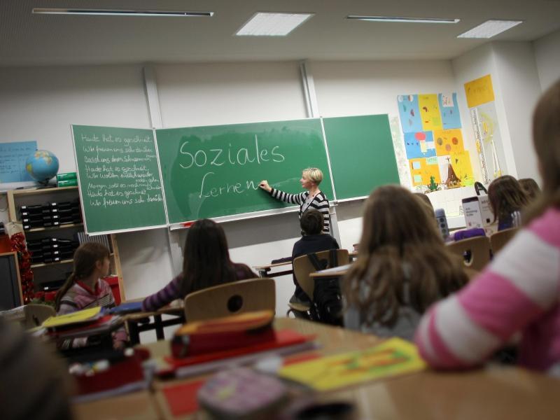Bild zu Lehrerin beim Unterricht