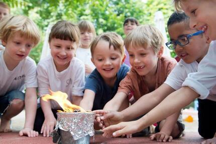 Kinder mit Feuertopf