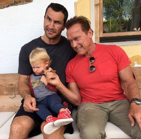 Bild zu Wladimir Klitschko mit Tochter Kaya und Arnold Schwarzenegger in Tirol
