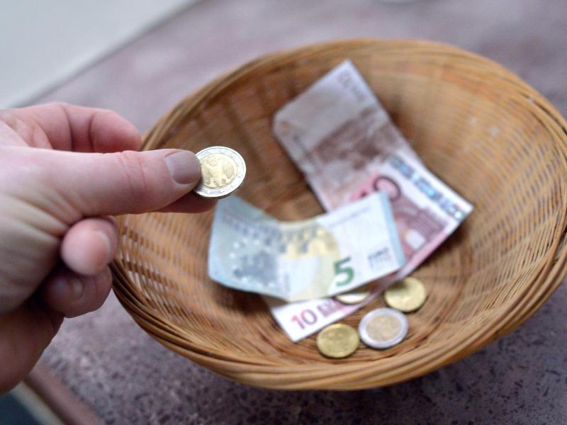 Bild zu Sammelkorb mit Geld