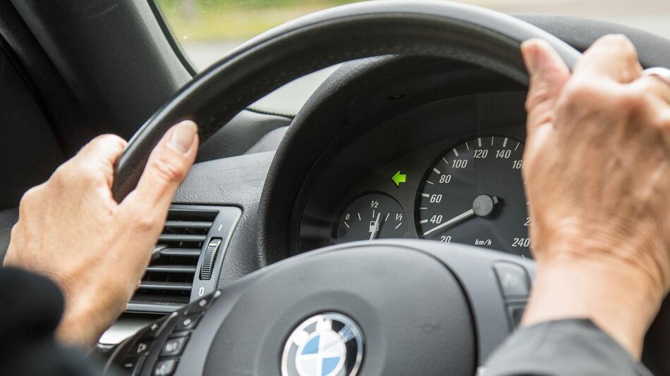 Risiken mindern: Warum richtiges Blinken im Auto so wichtig ist