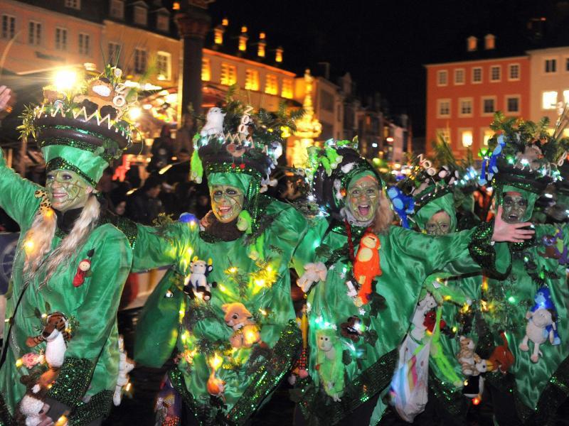 Bild zu Karnevalsumzug in Trier bei Nacht