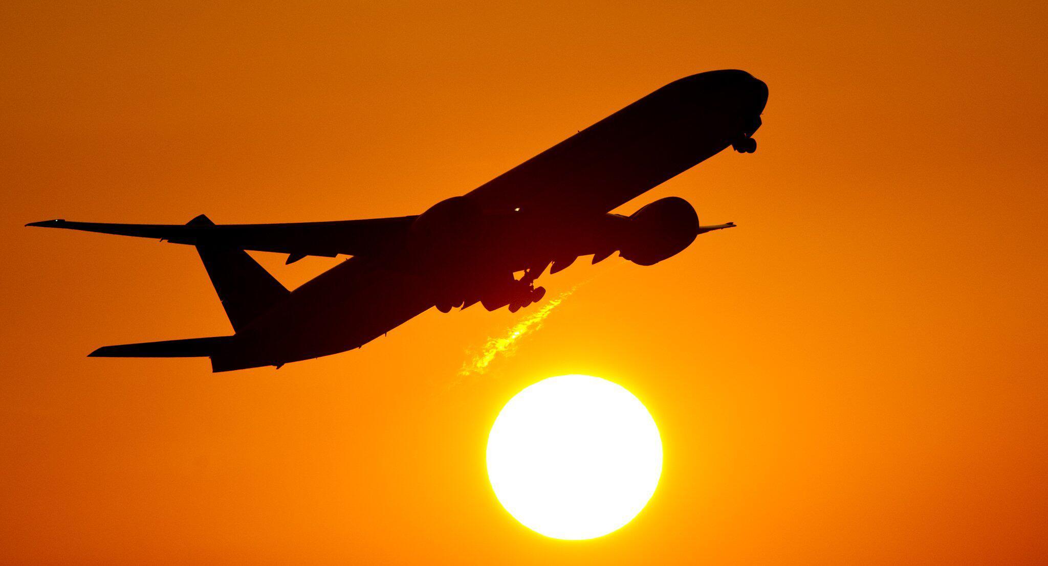 Bild zu Flugzeug im Sonnenuntergang