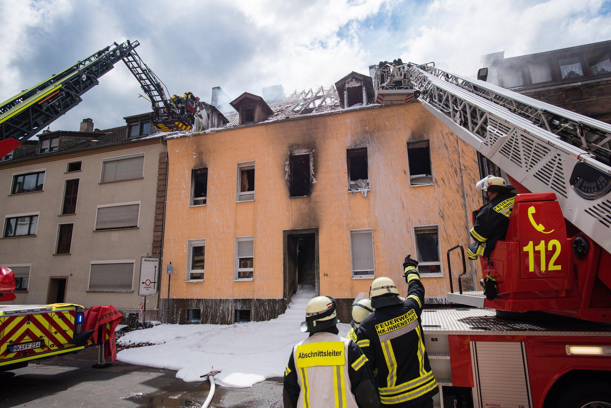 Bild zu 13 Verletzte bei Wohnhausbrand