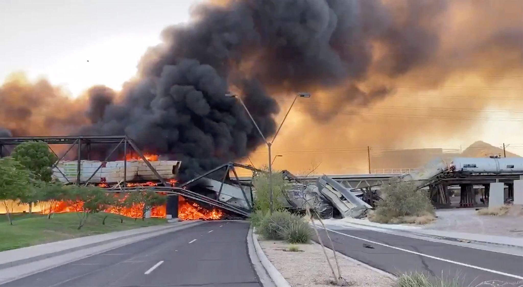 USA: Güterzug entgleist und brennt - Fotos zeigen Feuerinferno