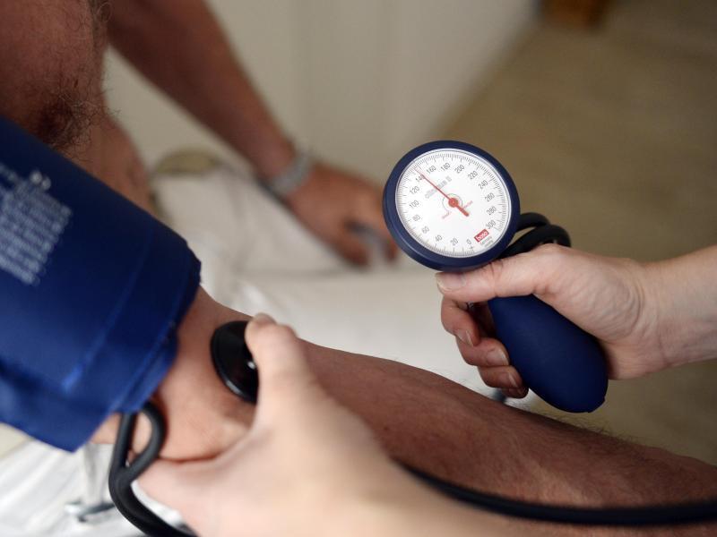 Bild zu Blutdruckmessen beim Hausarzt