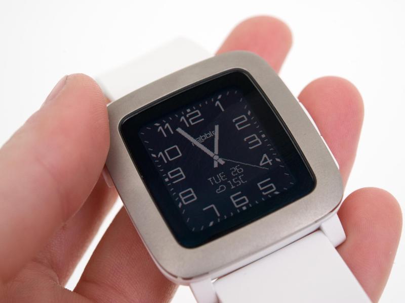 Nach Kauf durch Fitbit: Pebble-Watches laufen vorerst ...