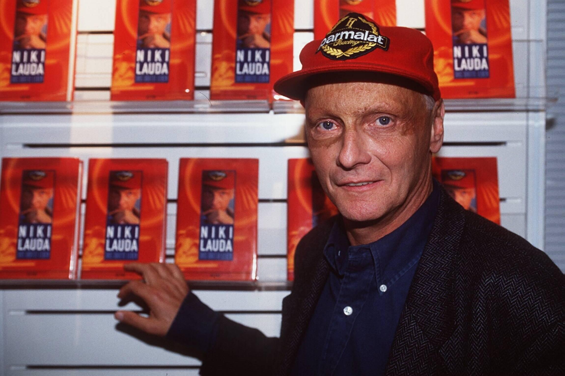 Bild zu Niki Lauda, Buch, Formel 1, 1996, Das dritte Leben, Kappe, Baseballkappe, Cap, Bücherregal
