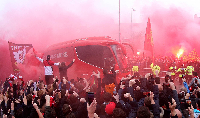 Bild zu FC Liverpool, FC Barcelona, Champions League, Halbfinale, Mannschaftsbus, Fans, Ankunft, Bengalo