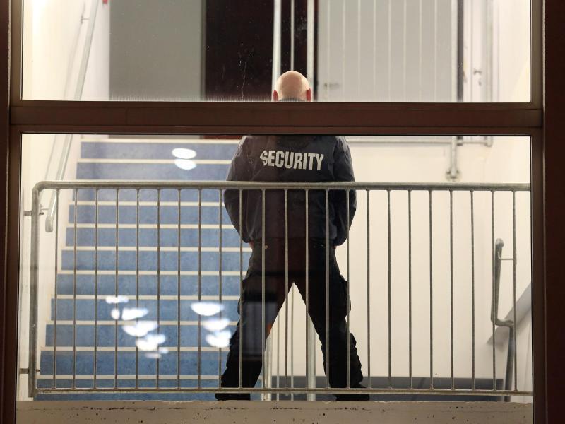 Bild zu Sicherheitsmann bei der Arbeit