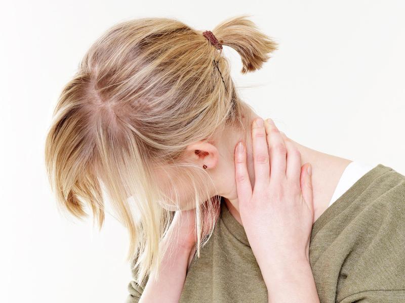 Bild zu Frau mit Nackenschmerzen