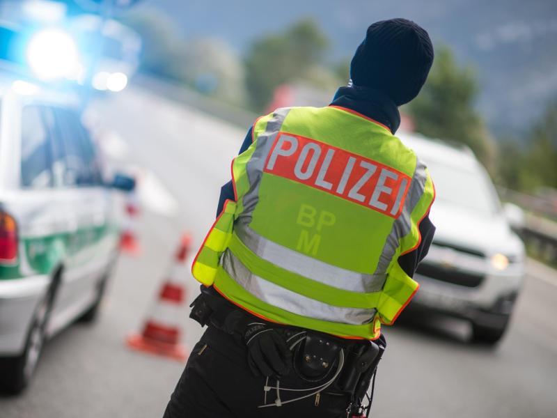 Bild zu Polizeibeamter beobachtet den Verkehr