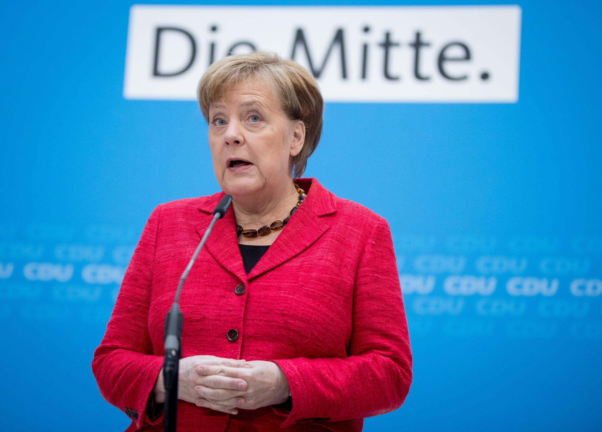 Bild zu Angela Merkel delivers a statement in Berlin