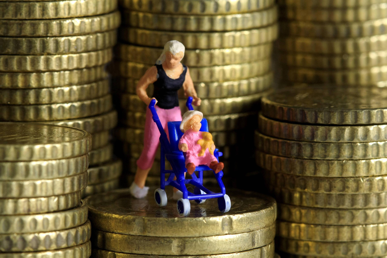 """Bild zu Figur """"Mutter mit Kinderwagen"""" und Geld"""