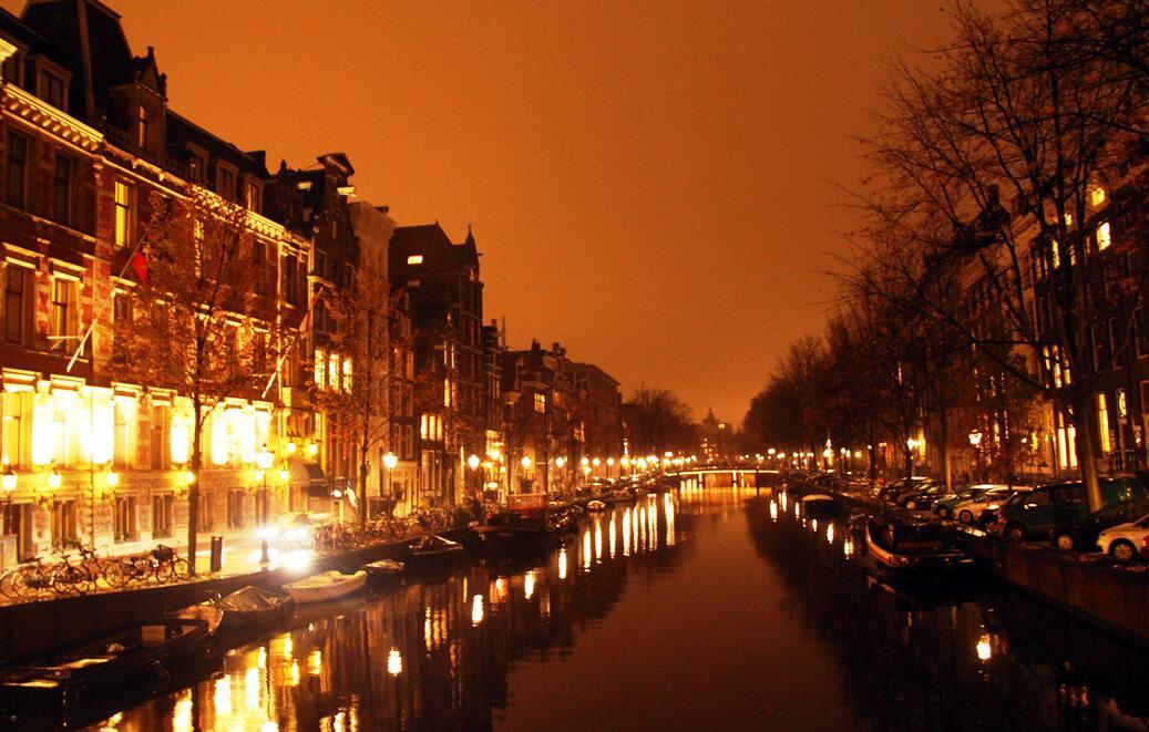 Bild zu Eine Gracht in Amsterdam bei Nacht