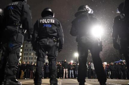 Polizei und Gegendemo