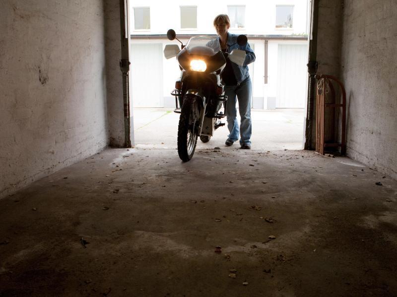 Bild zu Das Motorrad in der Garage unterstellen