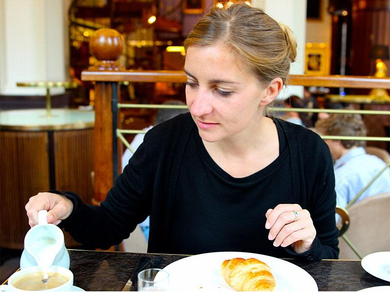 Bild zu Bloggerin Baade beim Frühstücken