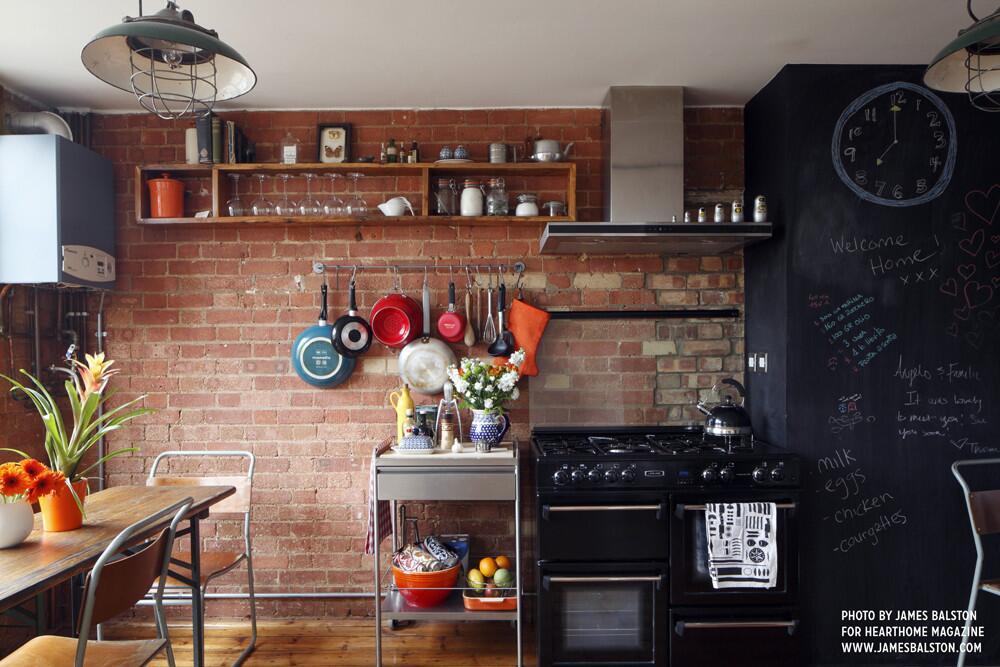 Bild zu Kühl und dennoch gemütlich: der Industrial Style in der Küche.