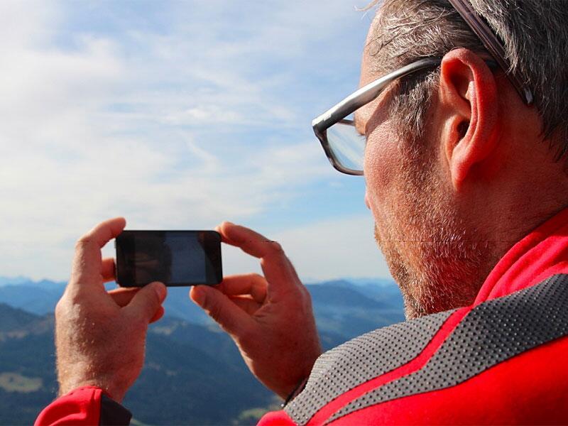 Bild zu Blogger Lehmann mit Smartphone