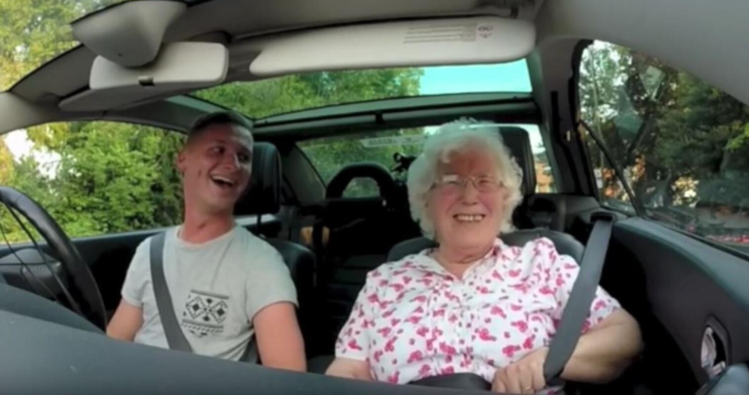 Bild zu Enkel, Großmutter, Überraschung