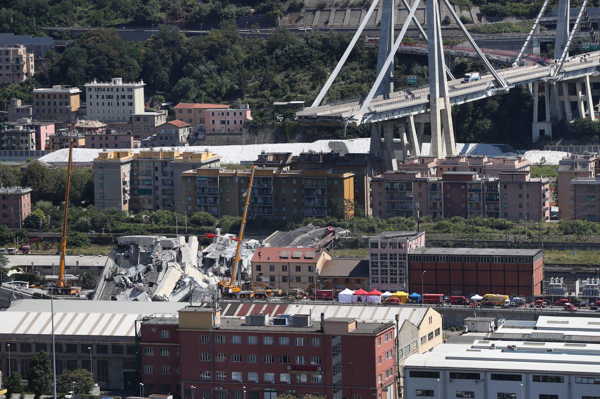 Bild zu Autobahnbrücke in Genua eingestürzt