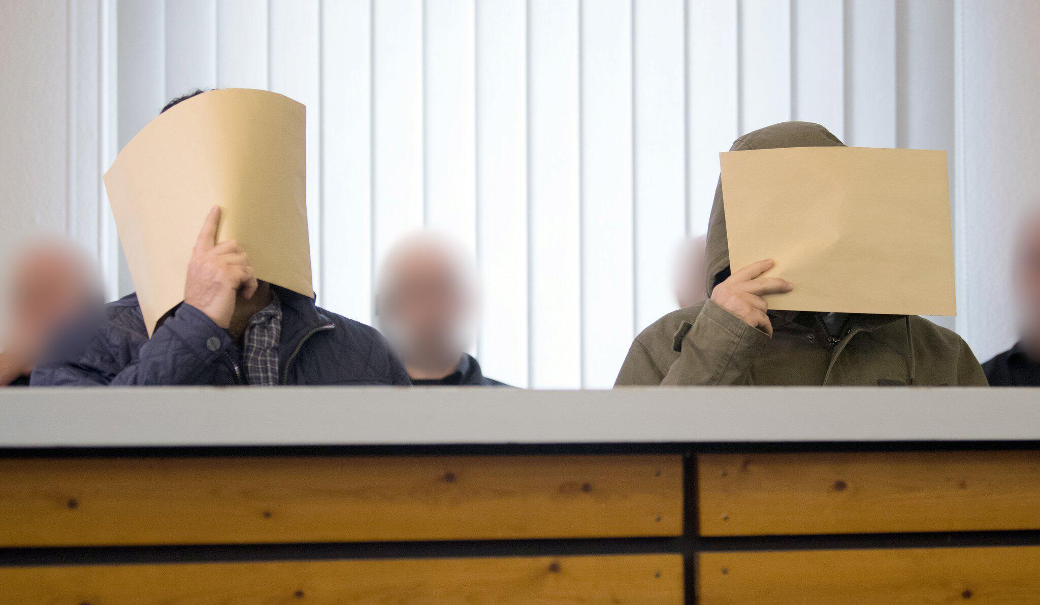 Bild zu Mutmaßliche IS-Terrorzwillinge aus Salzgitter vor Gericht