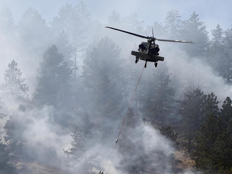Bild zu Helikopter löscht