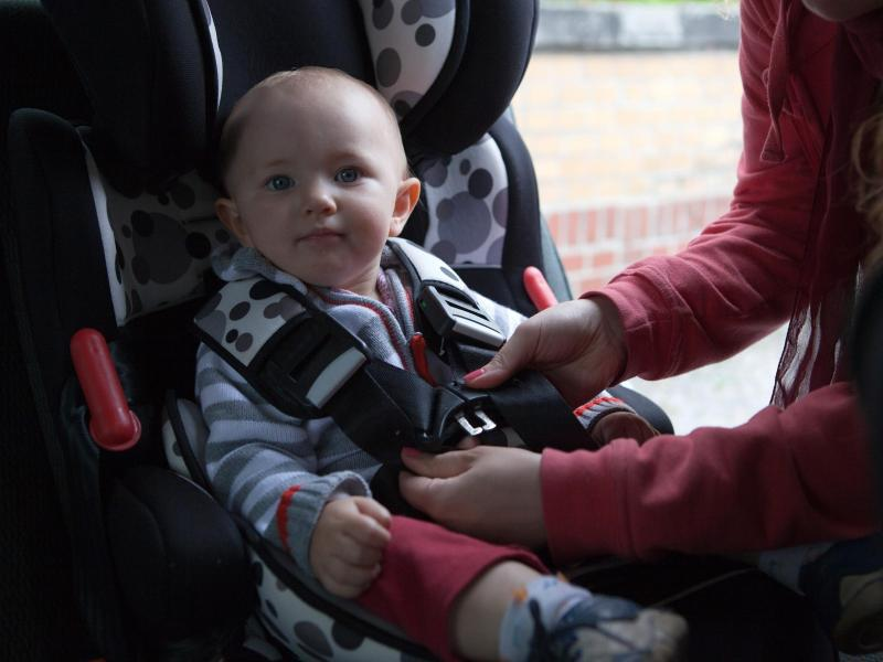 Bild zu Baby im Kindersitz