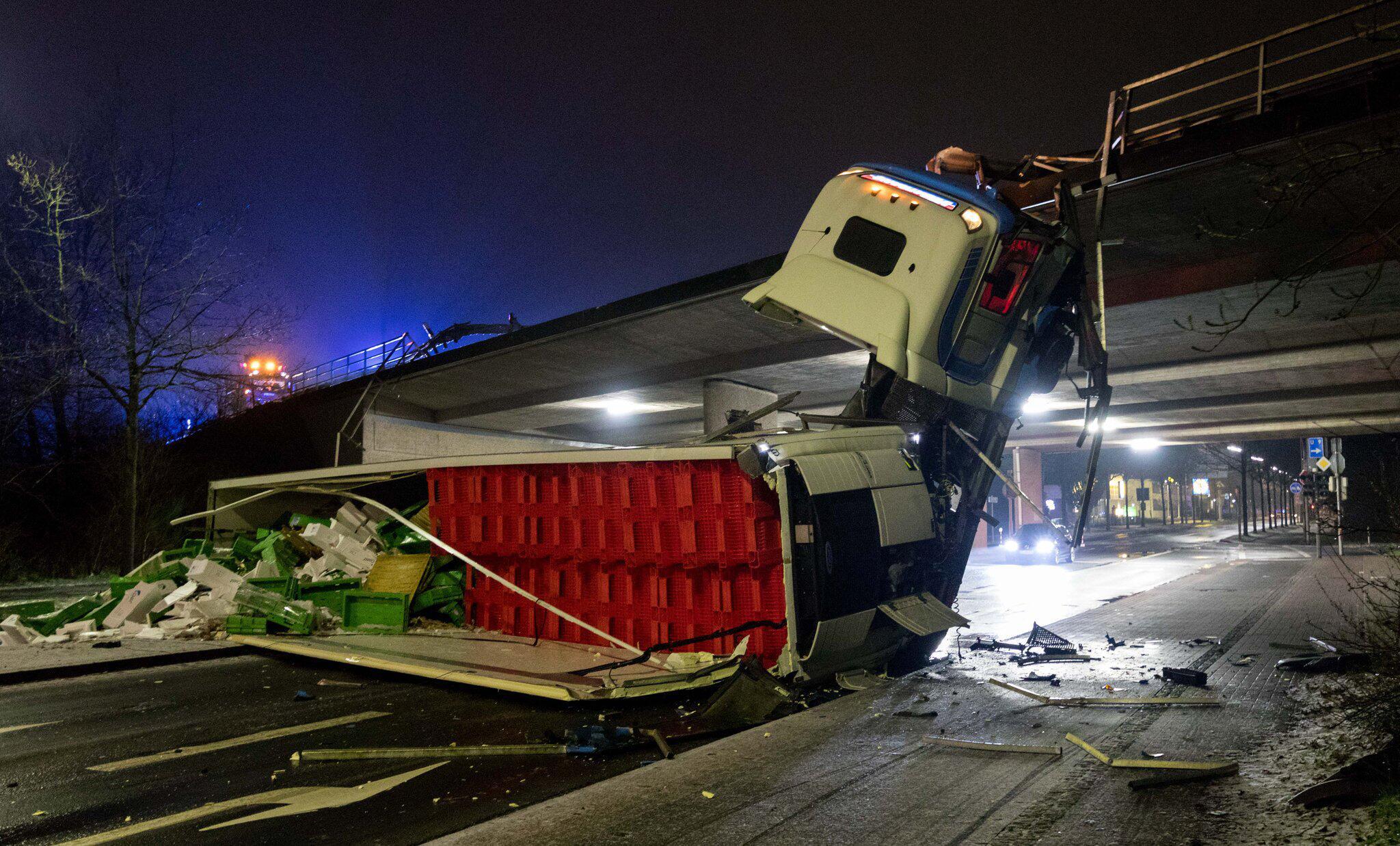 Bild zu LKW stürzt von Stadtautobahnbrücke
